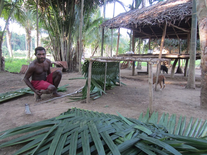 Richard Guku making an ayandmɨ (fishrack) at the end of the dry season. Akapmɨŋgɨ hamlet, Andamang village, Madang Province, Papua New guinea.